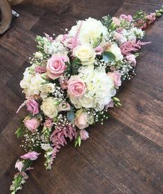 Terrific Photo Funeral Flowers church Style Whether or not you are arranging as well as participating in, memorials are invariably the somber and from tim. Kompozycje Kwiatowe, Pomysły Na Ślub Casket Flowers, Grave Flowers, Funeral Flowers, Church Flowers, Cemetery Flowers, Funeral Flower Arrangements, Beautiful Flower Arrangements, Beautiful Flowers, Floral Centerpieces
