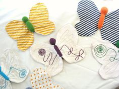 I love the combination of techniques used (knitting, sewing, embroidery), and the unique finished product is ideal for little babies to play with, feel it, chew it… So cute!