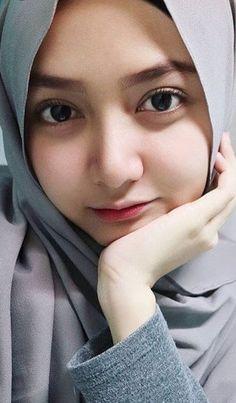 Pin Image by Hijab Instag Beautiful Hijab Girl, Beautiful Muslim Women, Beautiful Eyes, Modern Hijab Fashion, Muslim Women Fashion, Fashion Muslimah, Abaya Fashion, Womens Fashion, Arab Girls Hijab