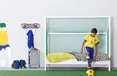 Un lit football La Fabriek 100% original ! Succès assuré auprès de votre fils. 378€ sur www.machambramoi.com/lit-enfant/5192-lit-enfant-football-pin-blanc-8714713041022.html