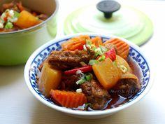 不加滷包,不加水,利用根莖類蔬菜、米酒、辛香料就能燉煮出好滋味的紅燒牛腩。不管是配菜或便當都很下飯,加上高湯及麵條就是一碗好吃的「紅燒牛肉麵」。