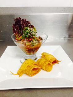 Ceviche de mango champiñón y alfalfa con anillos de plátano