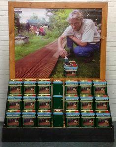 Deze display met Bangkirai olie is op veel verkooppunten aanwezig. Olie, Baseball Cards, Sports, Hs Sports, Excercise, Sport, Exercise