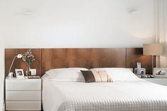 Feito de MDF, tem acabamento de folhas de curupixá tingido. Dois frisos demarcam a área da cama. No quarto compacto, sobraram exatos 70 cm nas laterais da cama. Criados-mudos laqueados e cabeceira executados pela Malta Design de Móveis.