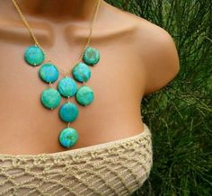 DIY Necklace, i kind of reminds me of pocahantas Wire Jewelry, Jewelry Crafts, Beaded Jewelry, Jewelery, Jewelry Necklaces, Handmade Jewelry, Beaded Necklace, Diy Necklaces To Sell, Bubble Necklaces