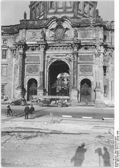 Hier noch einige Bilder vom Abriss des Schlosses, erstaunlich auch, wie gut das Hauptportal eigentlich noch im Schuss war...
