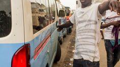 Jovens desempregados tornam-se 'lotadores' de táxi e arriscam suas vidas por notas de 150 kwanzas https://angorussia.com/noticias/angola-noticias/jovens-desempregados-tornam-lotadores-taxi-arriscam-suas-vidas-notas-150-kwanzas/