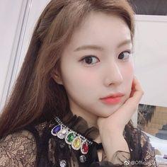 K-Pop Babe Pics – Photos of every single female singer in Korean Pop Music (K-Pop) Kpop Girl Groups, Korean Girl Groups, Kpop Girls, My Girl, Cool Girl, Girly Girl, Sakura Miyawaki, Gfriend Sowon, Twitter Layouts