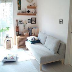無印良品やIKEAのアイテムを使ったお部屋。 ソファ専門店「NOYES」のソファは、シンプルで飽きないフォルム。 長く使えそうなアイテムです。
