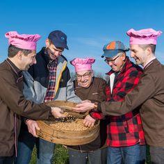 Die Natur in der Region gibt uns alle Zutaten in die Hand, um richtig gutes Brot zu backen. 🌿 Mit der handwerklichen Leidenschaft unserer Bäcker und mit speziell für uns angebautem Getreide vom Demeterhof Stalder in Sempach entsteht so ein unvergleichlicher Brotgenuss. 😍😍😍 #Bachmannmoment #ConfiserieBachmann #Confiserie #Bachmannconfiserie #Bäckerei #Bakery #instafood #instasweet #freshfood #getreide #demeter #brot #bread #region #nature Catering, Captain Hat, Truffle, Grains, Passion, Bread, People, Nature, Bakken