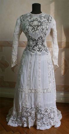 Muslin dress with lace insets, ca. 1909