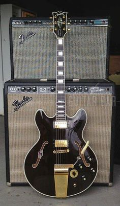 vintage1977 Gibson ES-355TDSV with twin humbuckers and vibrola in jet black, paired with a vintage 1965 Fender blackface Super Reverb amp and a early Seventies Fender Twin Reverb