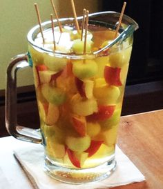 Looking for a White Sangria Recipe? This is the ultimate Summertime White Wine Sangria Recipe that is made with Peaches and Honeydew. Easy White Sangria Recipe, White Peach Sangria, White Wine Sangria, Raspberry Sangria, Summer Sangria, Summer Bbq, How To Make Sangria, Homemade Wine, Wine Recipes