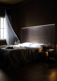 schlafzimmer mit maskulinem flair-dekorative Wand stimmungsvoll beleuchtet