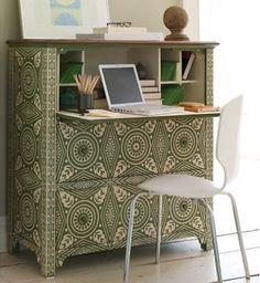 un escritorio en una pequeña comoda