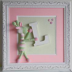 Quadro com girafa em croche, feito à mão. Pode ser feito sob encomenda em varias cores,de acordo com gosto e sexo do bebe, com a letra do nome. Moldura em madeira entalhada.