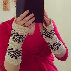 Ranteenlämmittimet/sormettomat. wristwarmers/fingerlessgloves, Helmineule, neulemallisto, puuvilla, neulonta, neuleet, neulekone, muinaispuku, lautanauha, Masku, kirjoneule, arkeologia, tekstiililöydöt, ristiretkiaika, rautakausi, Helmi Knitwear, knitwear collection, cotton, knitting, knitwear, ancient costume, tabletweaving, two-coloured knitting, archaeology, textilefinds, Late Iron Age, Ironage