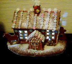 Tämä on minun romanttinen maalaisunelma piparista. Tunnelmaa tuovat ihana pikku kuisti sekä valo moniruutuisista ikkunoista.Talon seinustalla makaa viime kesän polttopuut lumipeitteen alla. Tälläkin hetkellä talossa lämmitetään takkaa ja savupiipusta tupruttaakin  valkeaa savua. - by Kerttu -- #Joulu #Piparkakku #PipariBattle2013 sarja #3D