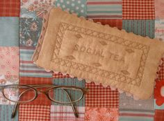 Quilted buiscuit glasses case, ric rac for border