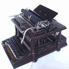 Fay-Sholes. 1901.La máquina era un verdadero diseño victoriano con columnas neo-classisist y decoraciones en relieve y una capa de bronce imponente que lo hacían como una escultura. A primera vista, la máquina parece estrechamente relacionado con la máquina de escribir Remington, pero tenía un número de mejoras notables. Uno de ellos era que el sistema de cambio operado el typebasket real y no el carro (como en el Remington), haciendo que el funcionamiento de la máquina mucho más ligero. Writing Machine, Antique Typewriter, Vintage Phones, Victorian Design, Vintage Typewriters, Antiquities, Vintage Stuff, Historical Photos