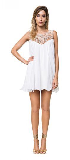 Vestido Branco Reveillon com tule e bordado e sandália dourada
