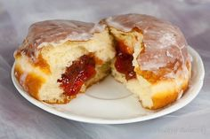 These traditional homemade jam donuts can be filled with fruit jam, custard filling or chocolate sauce! The options for customization are endless depending on your taste. Donut Recipes, Cooking Recipes, Vegan Recipes, Breakfast Recipes, Dessert Recipes, Desserts, Jam Donut, Yummy Treats, Sweet Treats