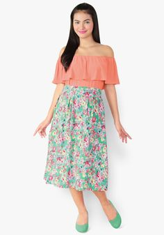 Get into a celebrity outfit today wearing this duo. Spandex off-shoulder top, floral denim stretch skirt. We have to say, this look is just so gorgeous!