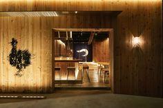 佐藤可士和 / SAMURAIによる、東京・目黒の「焼鳥つかだ」   architecturephoto.net Japanese Store, Japanese Modern, Japanese Interior, Pub Interior, Restaurant Interior Design, Japanese Restaurant Design, Ramen Bar, Cafe Restaurant, Store Design