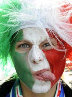 Viso dipinto e parrucca tricolore per l'Italia