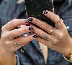Wir lieben diesen neuen Nagel Design Trend. Minimalismus! Die grafischen Linien, Punkte und Dreiecke sind stylisch und simple.