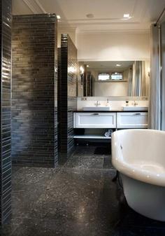 Badkamer in nieuwbouw landhuis in modern-klassieke stijl, in het interieur komen de Indonesische en Nederlandse cultuur van de bewoners bij elkaar.