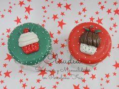 Tapas de frascos decoradas con cupcakes navideños.-
