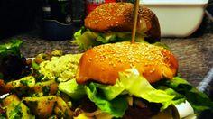 Dès que vous entrez dans le #restaurant la Dinette à Lille , vous êtes transportés dans votre enfance. Des murs tous colorés du vert, du jaune, des dessins stylisés de coucher de soleil, de toque, … devant lesquels vous pourriez rester des heures à chercher tout ce que ca représente. #burger