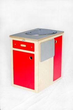 Taille moyenne cuisine pod pour cabane de camper van, bateau ou hêtre. Construit à partir de bouleau plis et Formica cela pod est livré complet avec brûleur simple table combinaison évier, réservoir deau de 10l et détendeur. Montré avec table en option qui peut attacher à trois côtés. frigo 39l 12v peut être monté en lieu et place de larmoire pour £450. Disponible en six couleurs, mer de jade, mer bleu, Fuchsia, orange, rouge et vert clair. Cet article est fait pour commander alors sil…