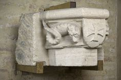 Anonyme, Chapiteau orné d'un écu portant une croix pattée, 1301-1400, calcaire  taille directe, Inv. RA 536. Exposée. Salle Sacristie. © Toulouse, musée des Augustins – Photo Daniel Martin