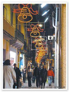 campana-montaje-de-luces-de-navidad-de-formato-mediano-campanas-amarillas-con-lazos-rojos-en-el-centro-de-avenida-peatonal- BARCELONA