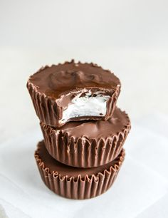 Give your taste buds what they want with these easy homemade Mallo Cups. Their gooey insides, covered with mouthwatering chocolate, are impossible to resist! Just Desserts, Delicious Desserts, Dessert Recipes, Bar Recipes, Holiday Desserts, Recipies, Fudge, Cupcakes, Candy Cookies