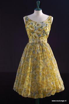 International Ladies' Garment Workers' Union: Cocktailjurk met gele en blauwe veldbloemenprint (korenbloemen en pioenrozen?) (1950E028)