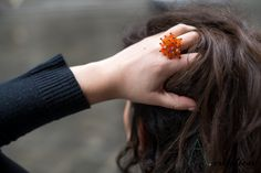 anello realizzato con perle in plastica su base metallica regolabile