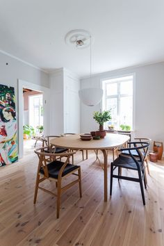 The dining table is surrounded by the iconic Y-chairs from Vintage Interiors, Colorful Interiors, Dining Area, Dining Table, Interior Styling, Interior Design, Corner House, Midcentury Modern, Interior Inspiration
