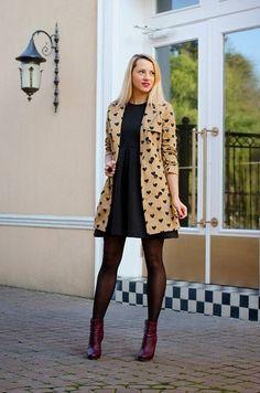 Look de moda: Gabardina Marrón Claro, Vestido Skater Negro, Botines de Cuero Burdeos, Medias Negras