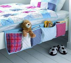 Para o quarto das crianças: Organizador com bolsos na lateral da cama.