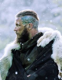 Ragnar's left-side head tattoo that first appeared in Season 3 #tattoo #tattoos #tattooed #art #design #ink #inked Ragnar Lothbrok Haircut, King Ragnar Lothbrok, Ragnar Lothbrook, Alexander Ludwig, Vikings Saison 3, Série Vikings, Vikings Tv Show, Vikings Tv Series, Crow Tattoo For Men
