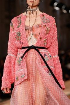 The complete Alexander McQueen Spring 2018 Ready-to-Wear fashion show now on Vogue Runway. Fashion 2018, Fashion Week, High Fashion, Fashion Show, Couture Fashion, Runway Fashion, Womens Fashion, Vogue, Alexander Mcqueen 2018