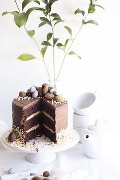 chocolate Easter egg cake // love the mini eggs Dessert Bars, Eat Dessert First, Chocolate Easter Cake, Chocolate Desserts, Chocolates, Just Desserts, Dessert Recipes, Easter Recipes, Easter Desserts