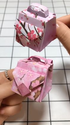 Handmade Paper Crafts, Origami Bags for Beginners Video Tuto.- Handmade paper crafts, origami bags for beginners Video Tutorial - Instruções Origami, Paper Crafts Origami, Easy Paper Crafts, Paper Crafting, Handmade Paper Craft, Diy Paper Bag, Paper Paper, Paper Bags, Paper Folding Crafts
