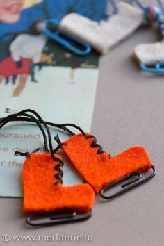Sweet mini ice skates made of felt! – HANDMADE Kultur A small winter handicraft for ice skate fans. Felt Christmas, Simple Christmas, Handmade Christmas, Christmas Time, Handmade Home, Handmade Jewelry, Xmas Ornaments, Christmas Decorations, Halloween Decorations