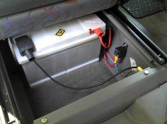 Installation de la batterie auxiliaire sous le siège conducteur :    Tout d'abord j'ai acheté le kit relais + fusible + cable + cosse sur ebay.de (Trennrelais T4) pour une quarantaine d'euros port compris.  Puis j'ai eu de la chance de trouver une batterie stationnaire de 80Ah (pas au gel, mais bon ça ira bien comme ça pour le moment) de 175mm de haut Cool (c'est à dire qu'elle passe sous le siège conducteur) dans un magasin spécialisé