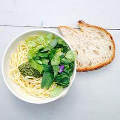 Pesto av ville vekster og en blandet ugressalat. Deilig og nyttig på #geitmyramatkultursenter med @erikvalebrokk @andershusa @kleinjinx #helleskitchen #foraging #pesto #freefood, Oslo