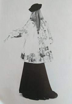 Exposition au Metropolitan Muséum en 1983. Ensemble du soir de la collection Haute couture automne /hiver 1980/81. Photographie de Duane Michals.